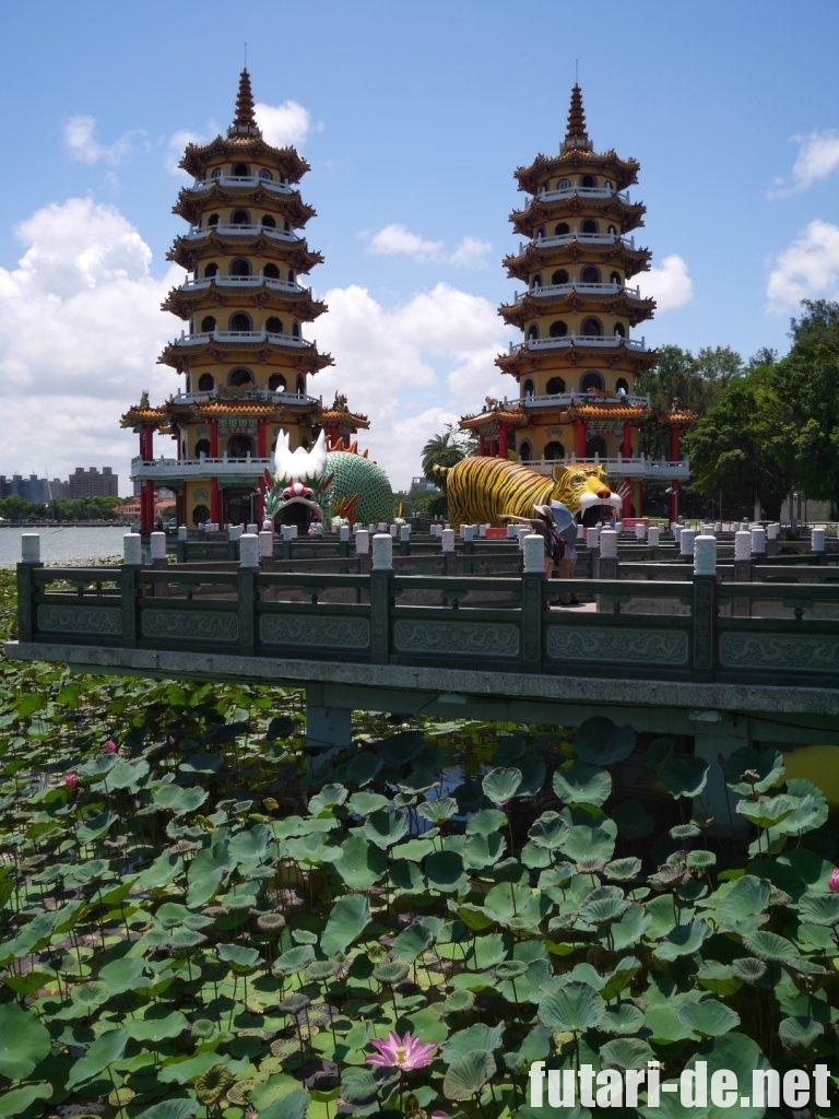 台湾高雄の龍虎塔と蓮