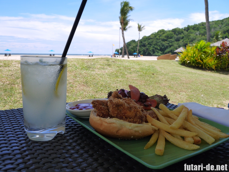 マレーシア コタキナバル シャングリララサリア ビーチ チキンバーガー